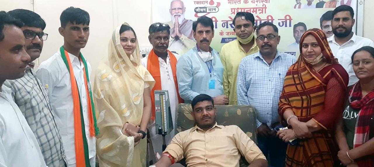 प्रधानमंत्री नरेन्द्र मोदी के जन्म दिन पर आयोजित शिविर में 71 जनों ने किया रक्तदान