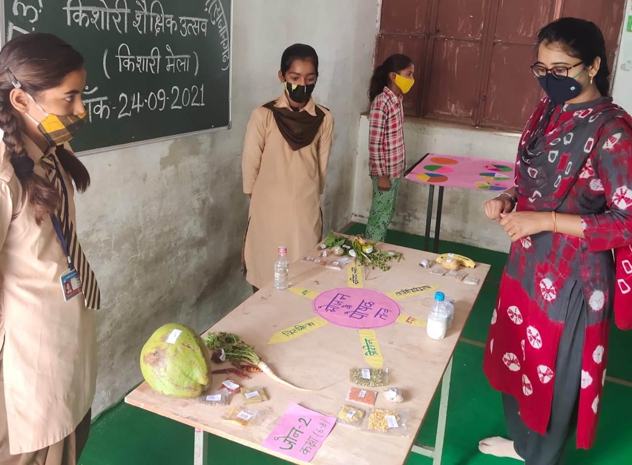 किशोरी मेले में छात्राओं ने किया मॉडल का प्रदर्शन