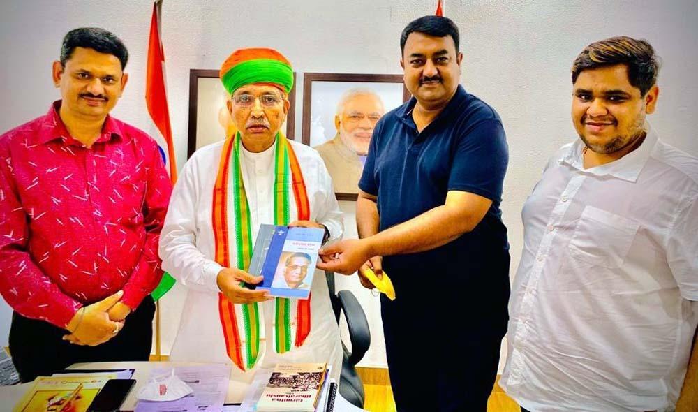 राजस्थान और राजस्थानी के गौरव हैं सेठिया - अर्जुन मेघवाल संस्कृति मंत्री मेघवाल को कन्हैया लाल सेठिया विनिबंध भेंट