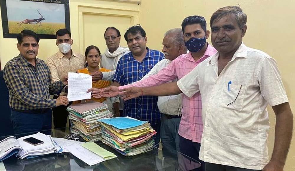 ग्राम विकास अधिकारियों ने सौंपा आग्रह पत्र