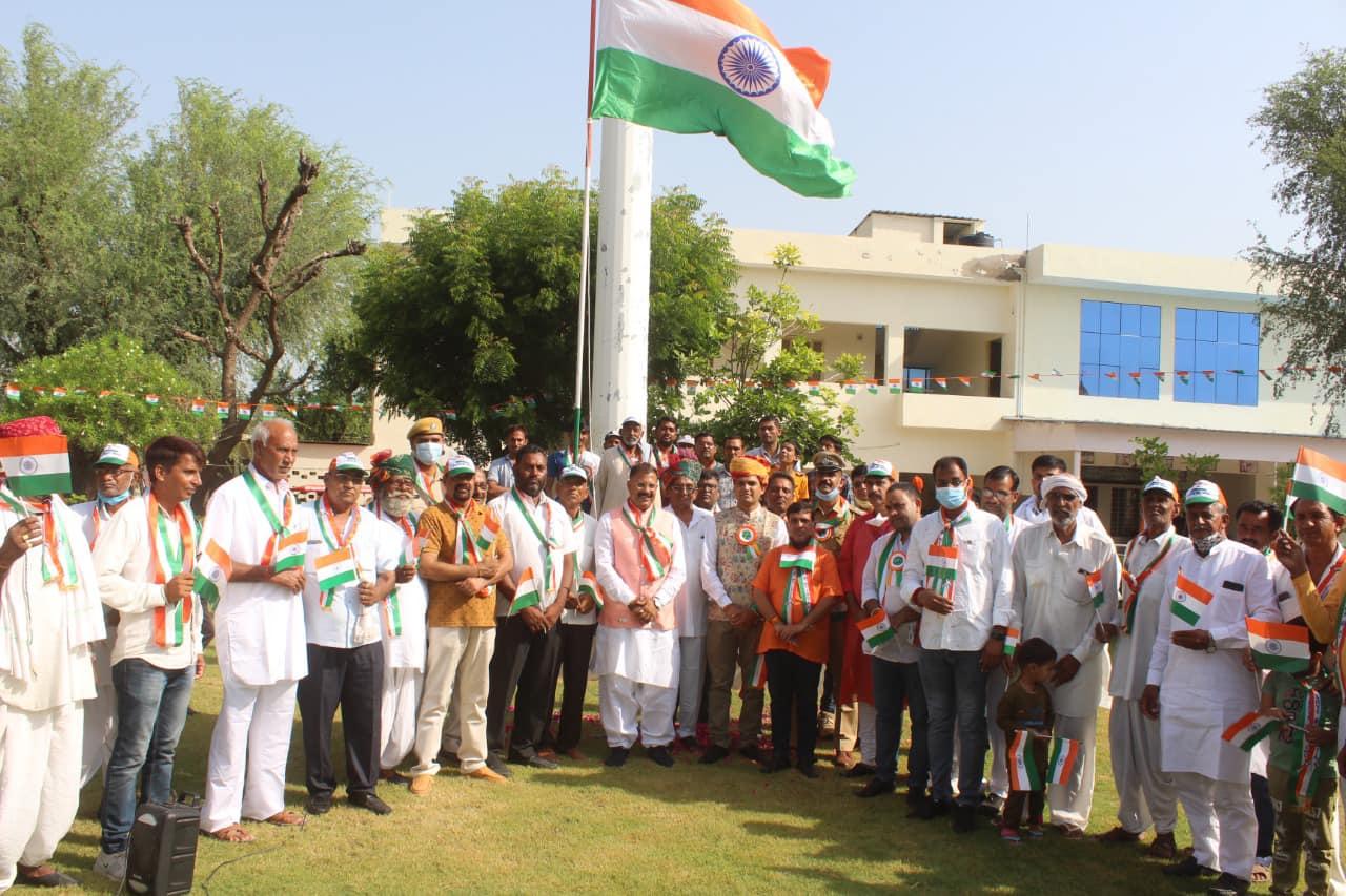 सालासर में स्वतंत्रता दिवस के अवसर पर ध्वजारोहण के बाद युवकों ने निकाली तिरंगा रैली