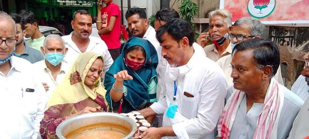 71 वृक्ष लगाकर एवं 71 किलो लड्डू का केक काट कर मनाया प्रधानमंत्री का जन्म दिन भाजपा ने राजकीय बगडिय़ा अस्पताल में पिलाई नमो चाय