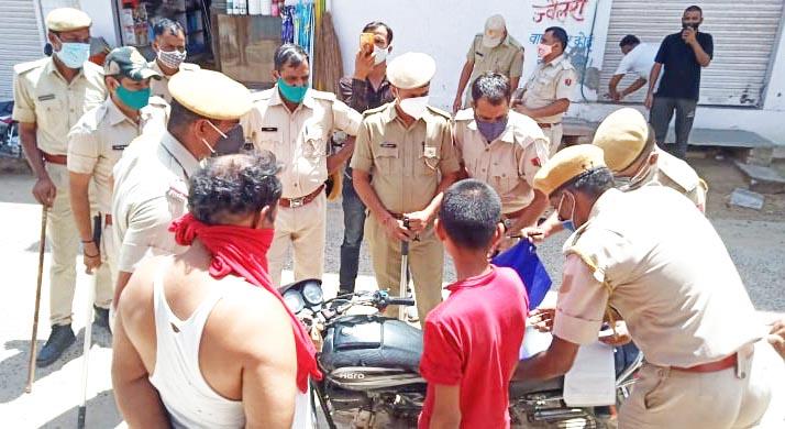 पुलिस को देखकर युवक ने टीशर्ट उतारकर बनाया मास्क, नाबालिक से बाइक चलवाने पर बाइक सीज