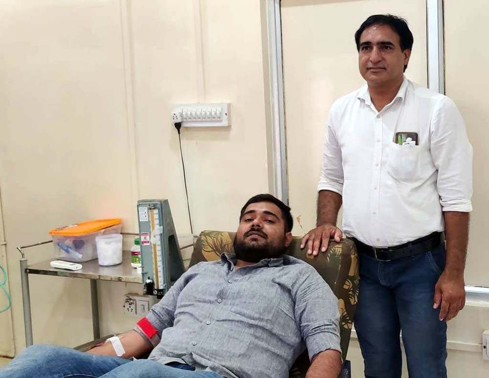 पुत्र के जन्म दिन पर पिता ने किया रक्तदान