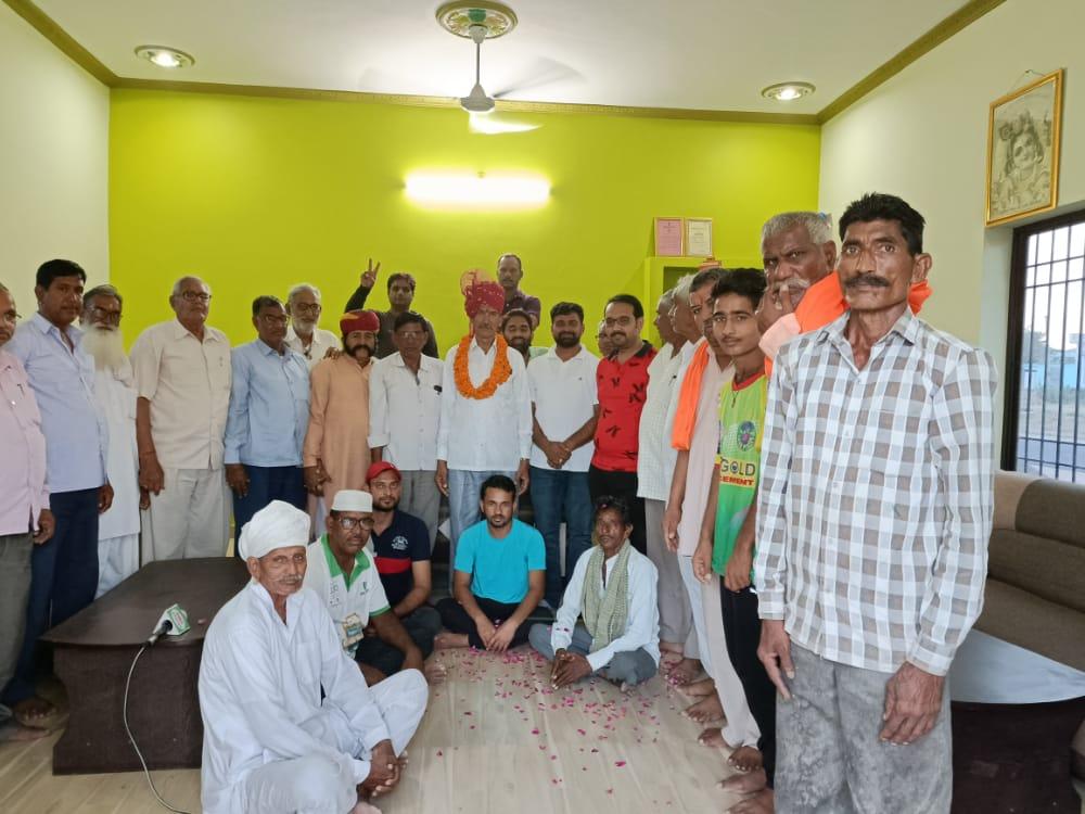 शोभासर के भगवान सिंह को सुजानगढ के तहसील अध्यक्ष बनने पर स्वागत करते हुए